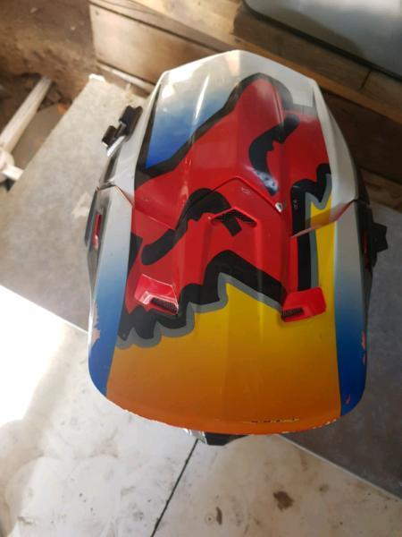 Fox racing motocross v2 helmet. Vgc