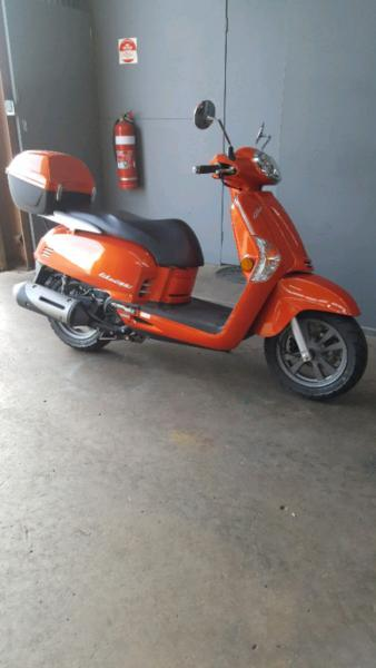 Kymco Scooter Like 200i with top box