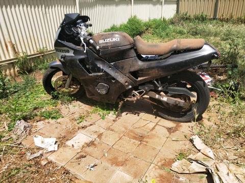 Suzuki gsx 250 across